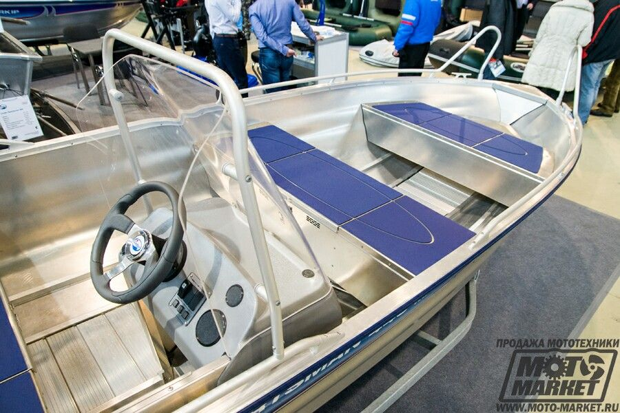машины с лодкой наверху